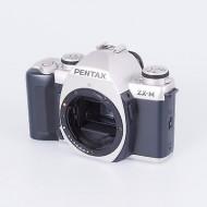 body Pentax ZX-M trưng bày